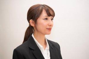 エアラインの証明写真でのショートヘアについて、おすすめ髪型やまとめ髪希望の人向けに対処法を紹介!6